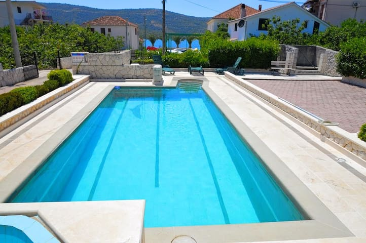 056,One bedroom apartment with pool,60 m from beach - Poljica - Daire