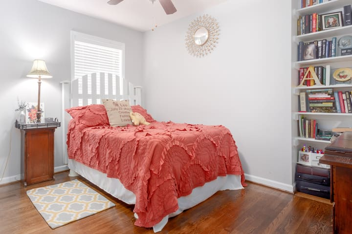 Cozy Private Bed & Bath 1 mile of downtown Raleigh