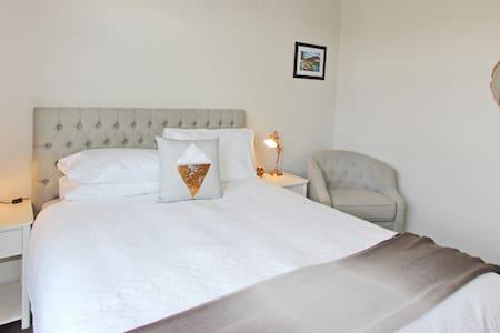 Tussock Lodge - Horopito Room - Whitianga - Bed & Breakfast
