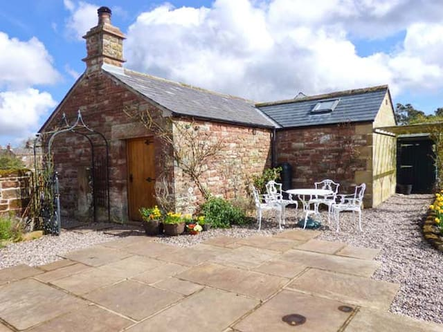 THE COBBLES, romantic, with open fire in Winskill, Ref 12060