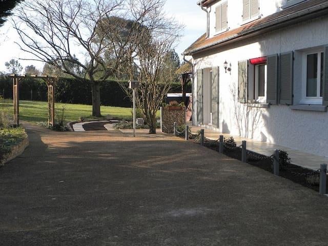 Pavillon sur terrain clos et calme - Guécélard - Bed & Breakfast