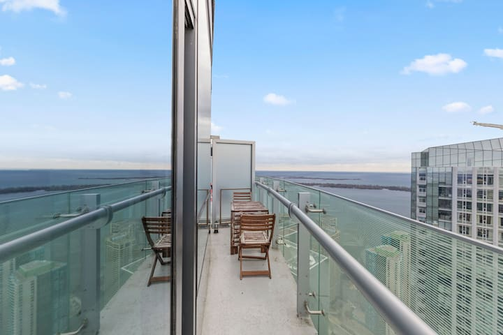 2 BR Waterfront Skyline Condo + Sofabed + Parking