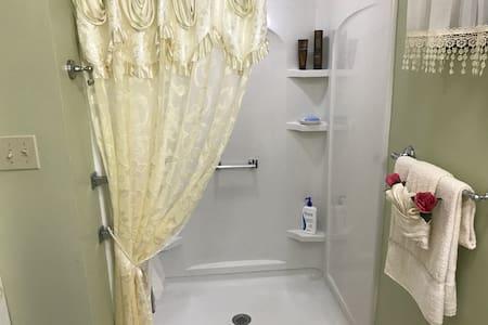 Private Room w/Private Entrance&Private Bathroom! - West Haven - Rumah