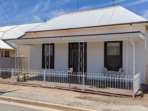 3 Bedroom Home in Port Pirie. Sleeps 10.