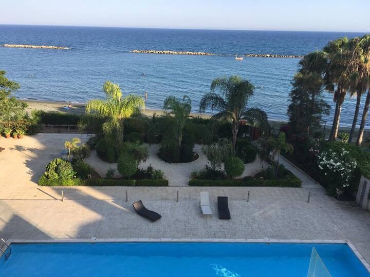 Seafront Beachfront 2B Stunning View, Pool and Gym
