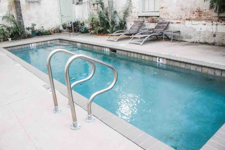Cozy Apartment in LGD with Pool+Parking Garage