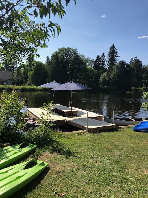 Embarcations devant votre chalet • Kayaks, canoes and boards are located in front of your cottage