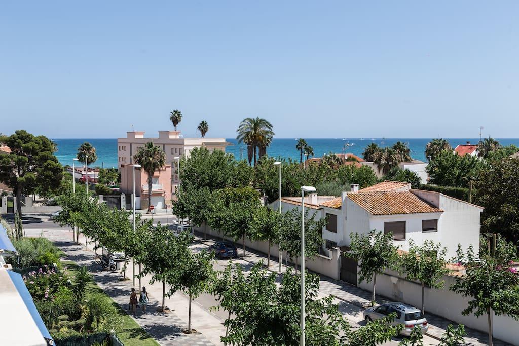 Gorgeus view over the calm neighbourhood along the beachfront from one of the 2 Southern-facing balconies / Wunderbarer Ausblick über die ruhige Nachbarschaft entlang der Strandpromenade von einem der beiden Südbalkone