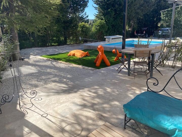 Dépendance dans Mas provencal avec piscine
