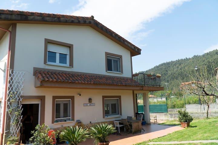 Casa con jardín entre la montaña, ciudad y playa