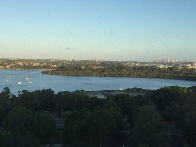 远望悉尼塔、悉尼大桥;近看海湾水景、游艇帆船点缀;地处生活便利、交通便捷的RHODES火车站旁的公寓 - sydney - Apartamento