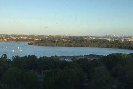 远望悉尼塔、悉尼大桥;近看海湾水景、游艇帆船点缀;地处生活便利、交通便捷的RHODES火车站旁的公寓 - sydney