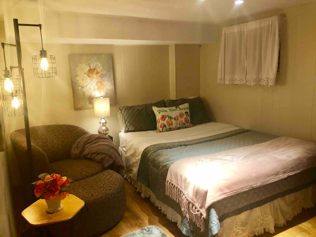 Cozy & cute bedroom- Fairlington/Shirlington condo