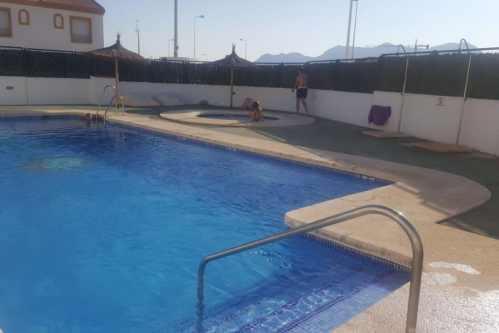 Piscina de la urbanización y piscina para niños