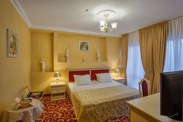 Grand Deluxe room with balcony, City view