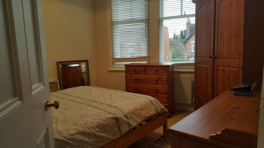 Bright double room - Raynes Park - Apartment