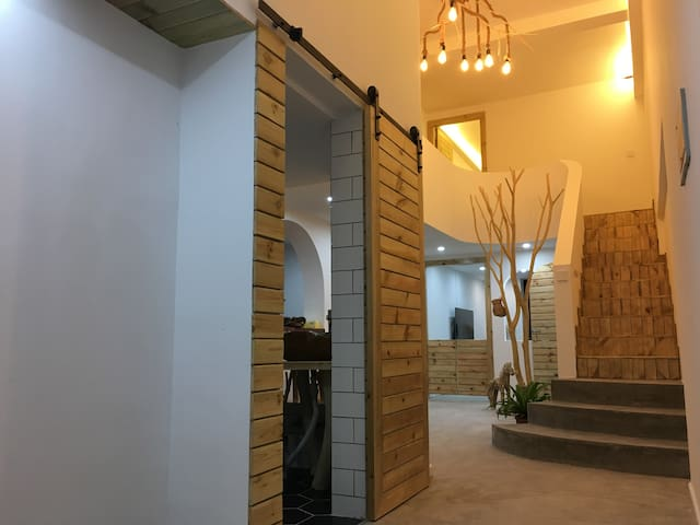 进门就是中庭小树与自己制作的桃树枝麻绳吊灯。也是我最喜欢的角度
