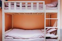 舒适的高低床