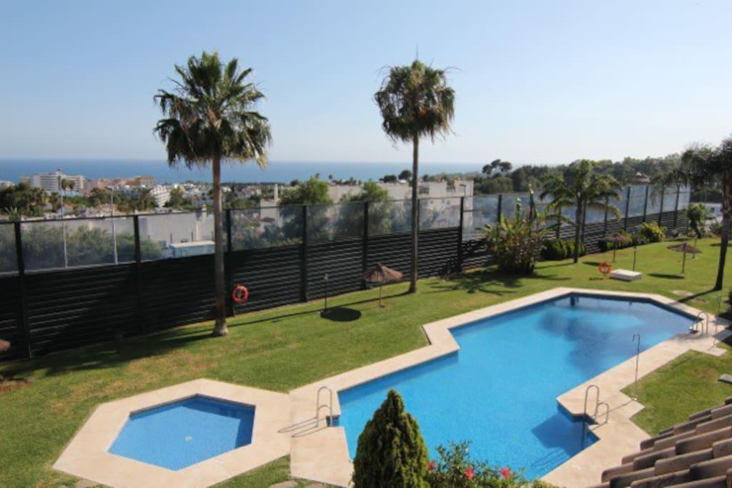Vistas al mar, jardines y piscinas.