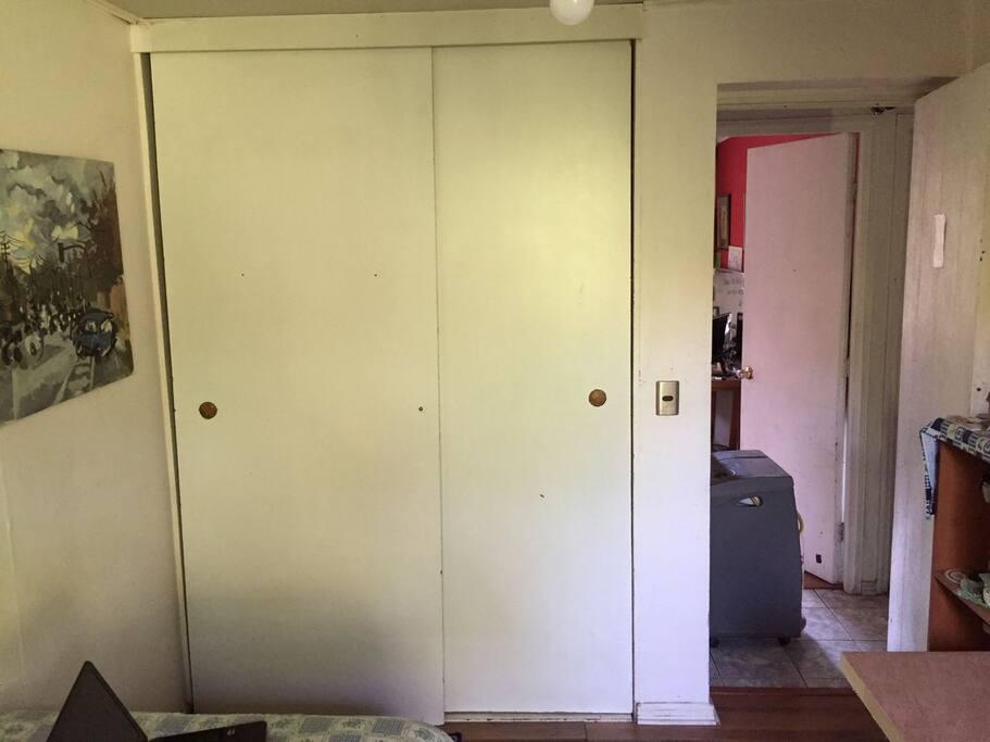 gran closet, mucho espacio para guardar ropa y objetos