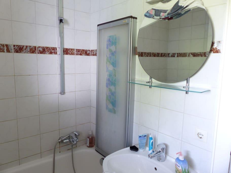 Badezimmer mit ohne Whirpool, dafür eine Badewanne und Fenster