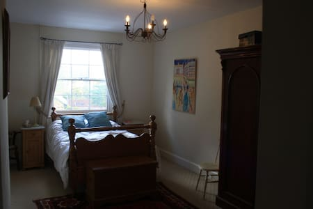 Single room in country house, with Labradors - Chipping Warden - Bed & Breakfast