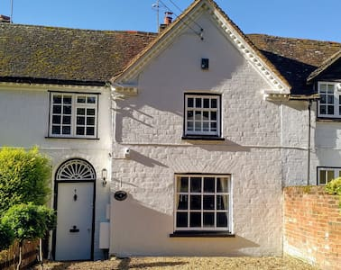 Entire Cottage/Centre Hartley Wintney/Wifi/Parking