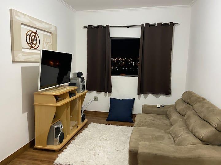 Apartamento confortável 2 quartos, suíte com ar !