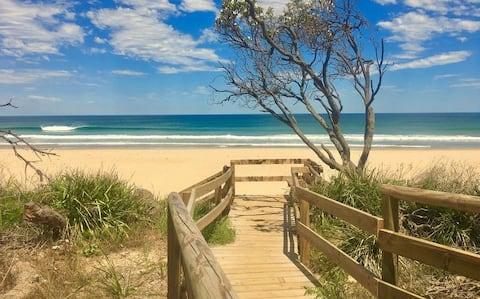 ★ Sunny Beachside Home ★ Large Deck ★ Dog Friendly