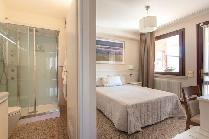 Bedroom Mondrian with Bathroom / Camera Mondrian con Bagno