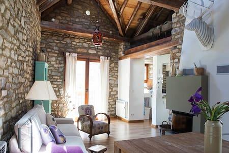 Cuadra sXVIII rehabilitada como vivienda familiar. - House