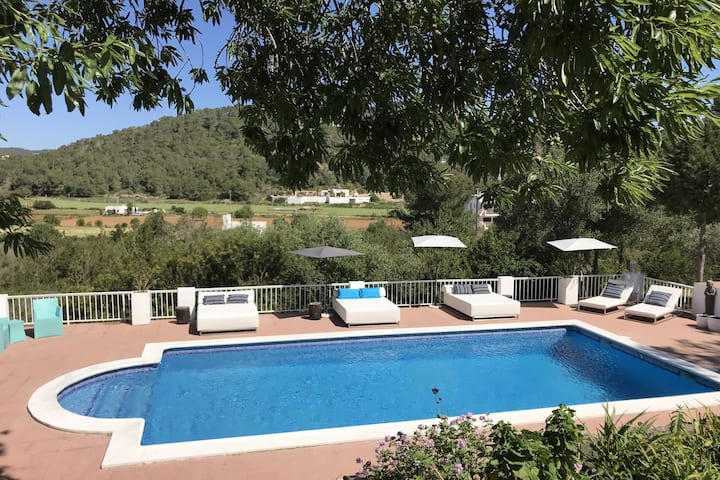Charming holiday house within walking distance of Cala Llonga beach and village