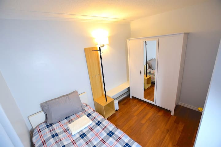 Amazing room, 1min-bus, 10' Airport, Yorkdale mall