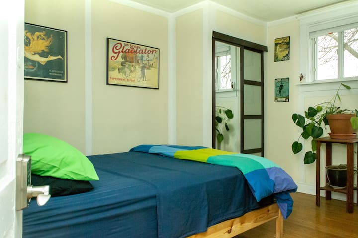 Large bright private Bloordale room w/queen bed