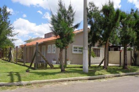 Ampla casa de esquina Praia de Mariápolis - Osório