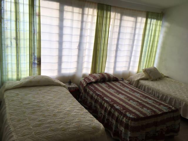 Habitación privada con 3 camas