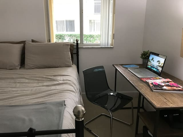 Perfect Miami getaway stay in 2/2 with Pool/Gym