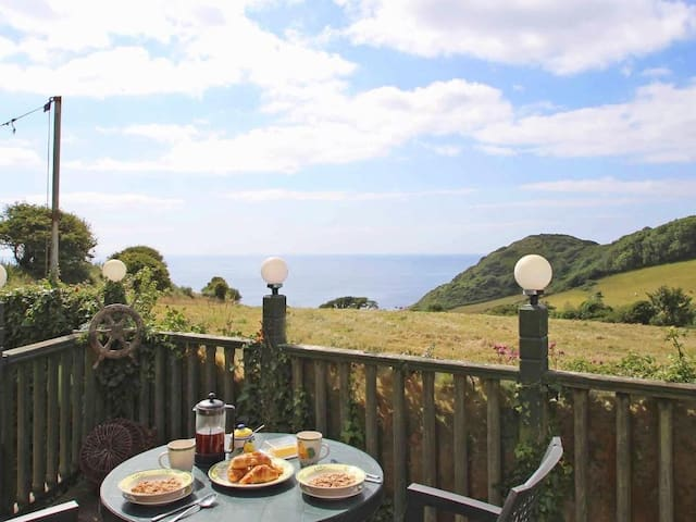 CROWS NEST, pet friendly in St Keverne, Ref 959130