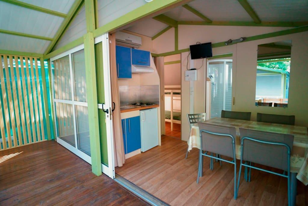 Vista sala da pranzo e verandina esterna