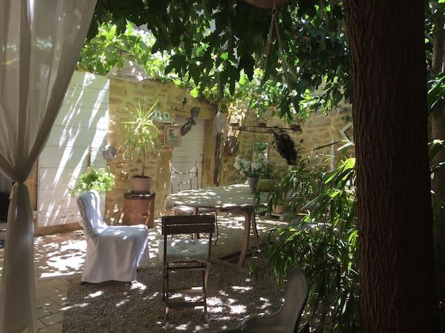 Chambres d'hôte dans maison de village atypique - Cornillon-Confoux - Dům pro hosty