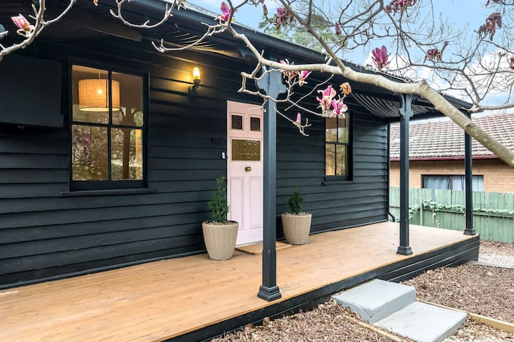 OLD RAILWAY COTTAGE- GETAWAY IN HISTORIC PICTON