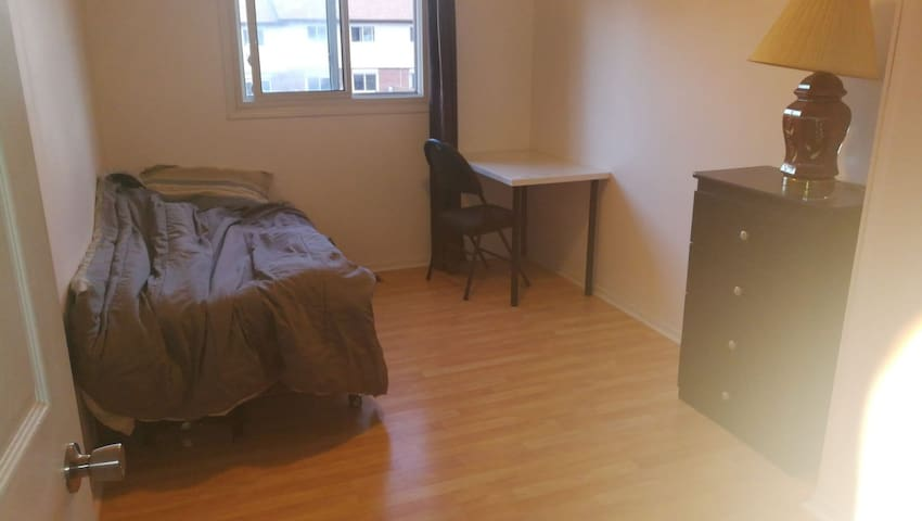 Bright room| convenient location|student-friendly!