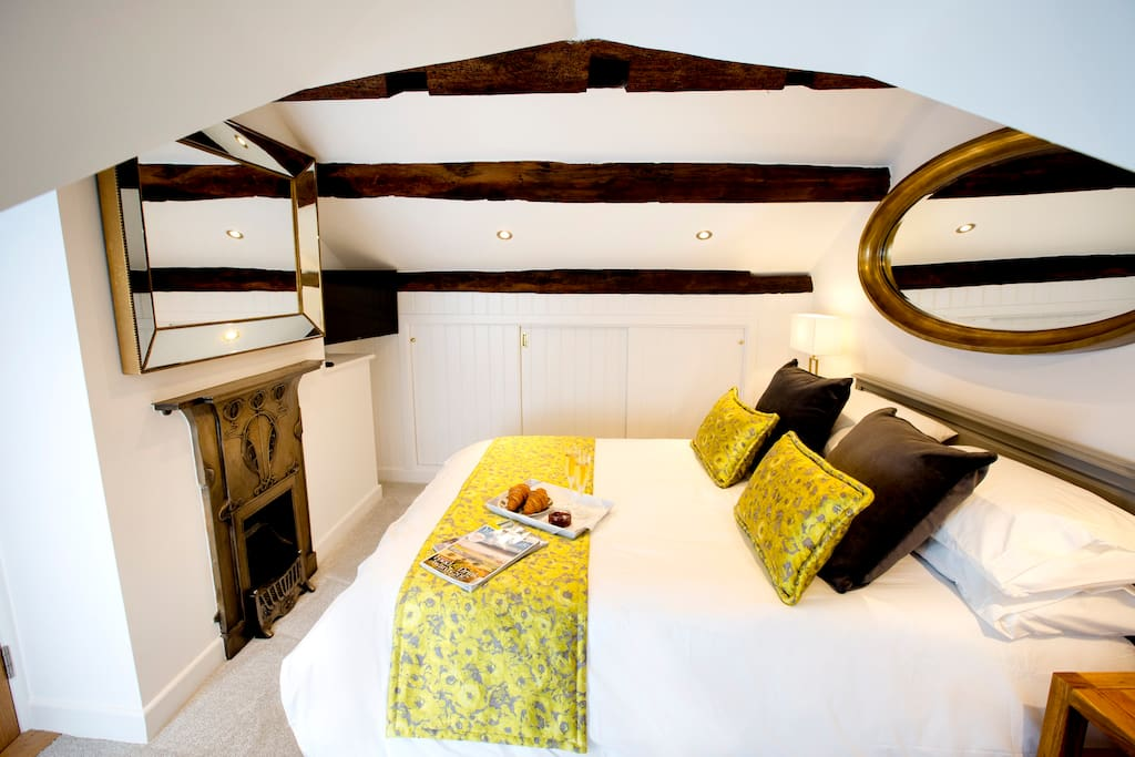 Main kingsize bed with en suite.