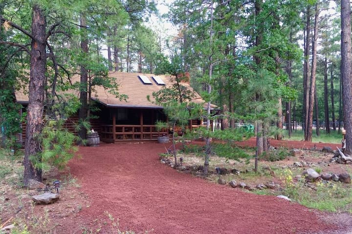 Charming Log Cabin close to everything in Pinetop!