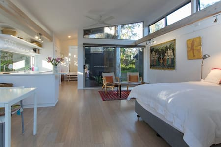 Noosa Spacious Art Gallery Studio Retreat! - Lejlighed