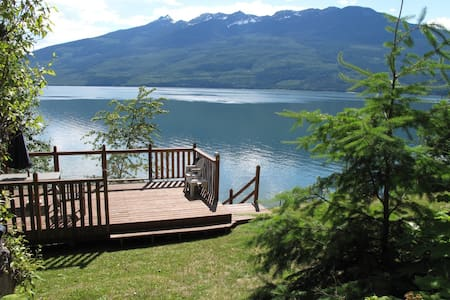 Lakefront cabin at Nakusp, BC on the Arrow Lakes - Nakusp - Sommerhus/hytte