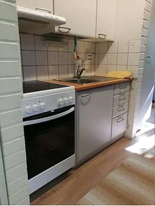 Pieni keittiö kahdelle huoneelle, omaa jääkaappitilaa