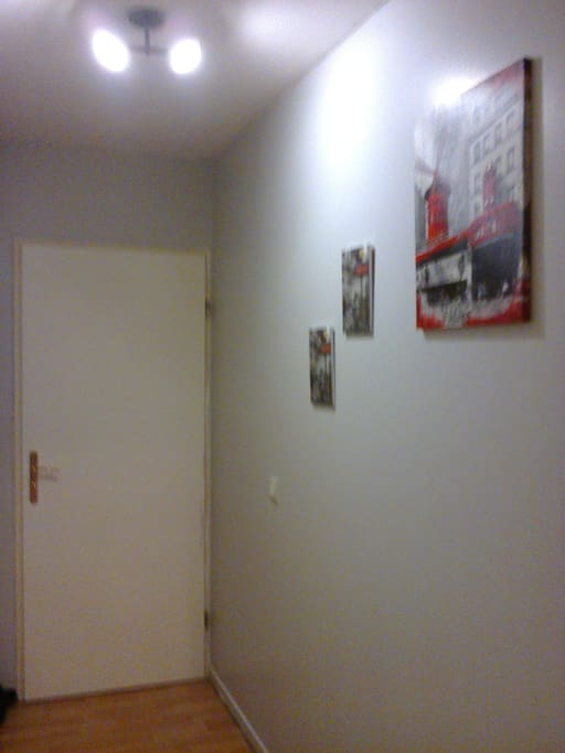 chambre située sur la gauche de ce second couloir avec salle de bains et toilettes