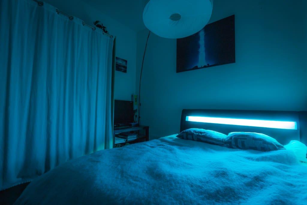 Chambre - Lit King-Size avec LED intégrée et télévision