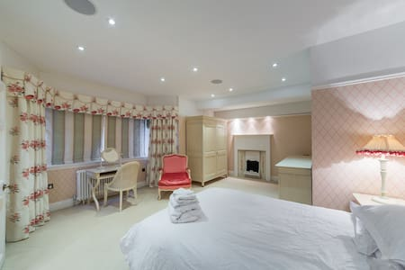 Large Double Bedroom in Stunning Mansion - Hoddesdon - 단독주택